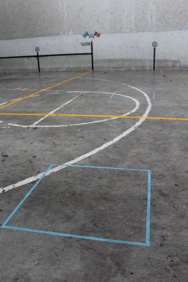 Atletismo egokitua egiteko margoketak egin dira Haurtzaro Ikastolako pilotalekuan
