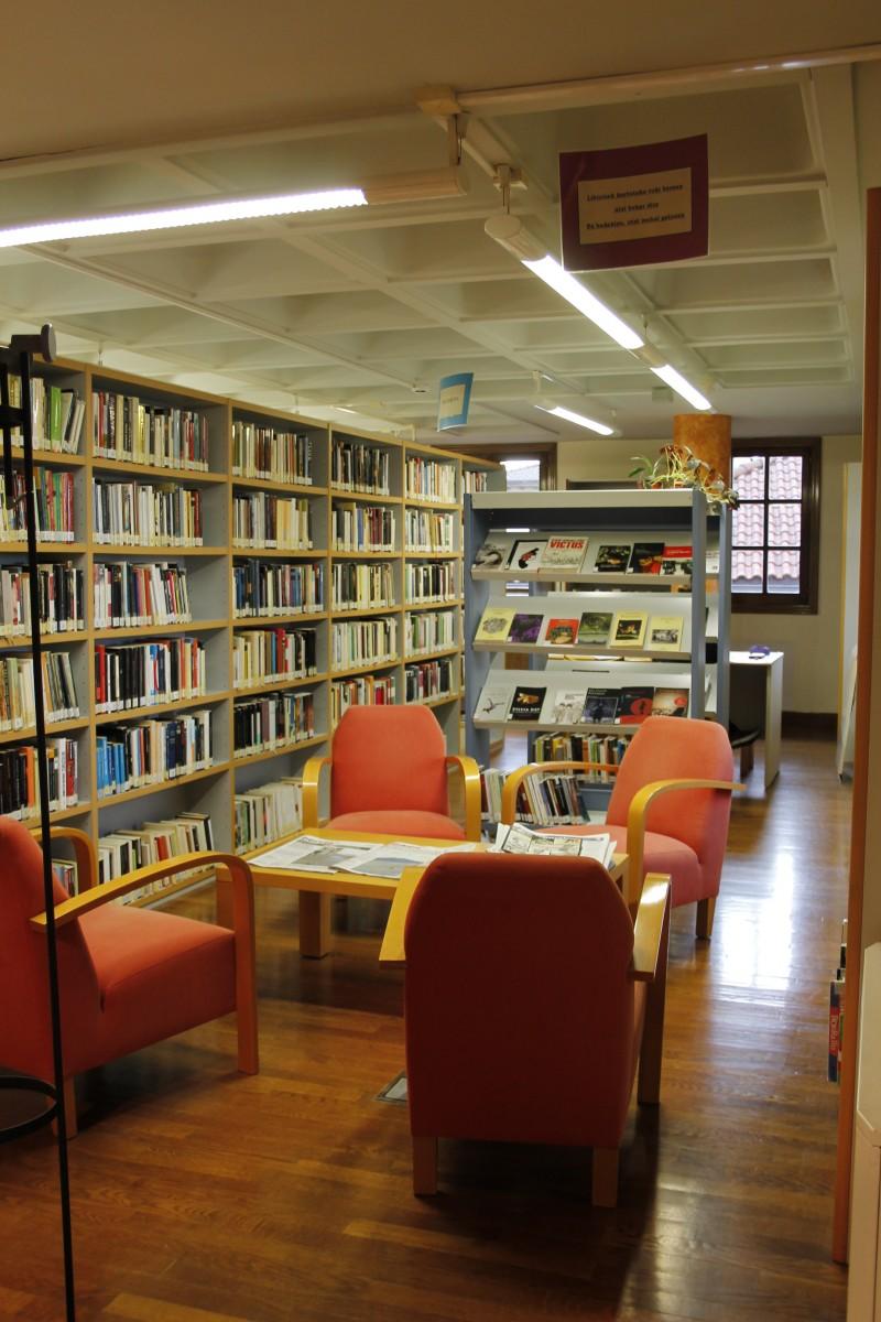 Bibliotekan, udako ordutegia ostiraletik aurrera