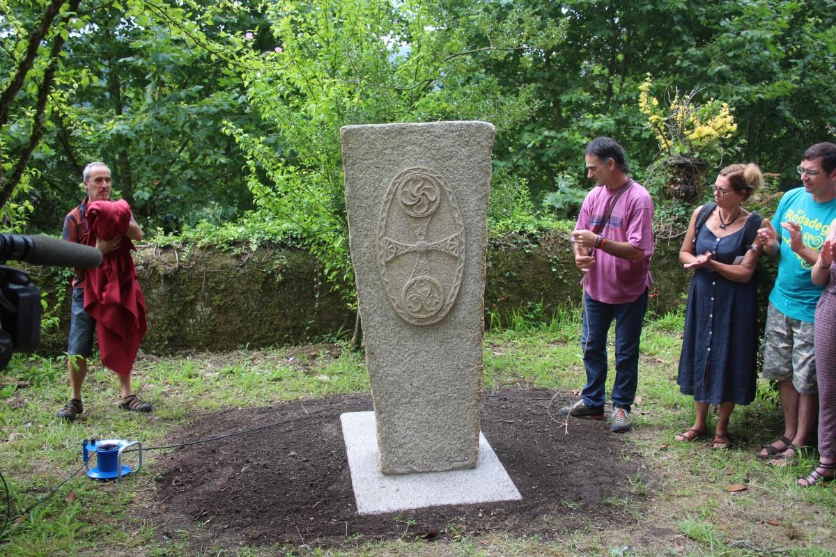 Karaezko herriak oparitutako eskultura jarri da Arizmendi-enean